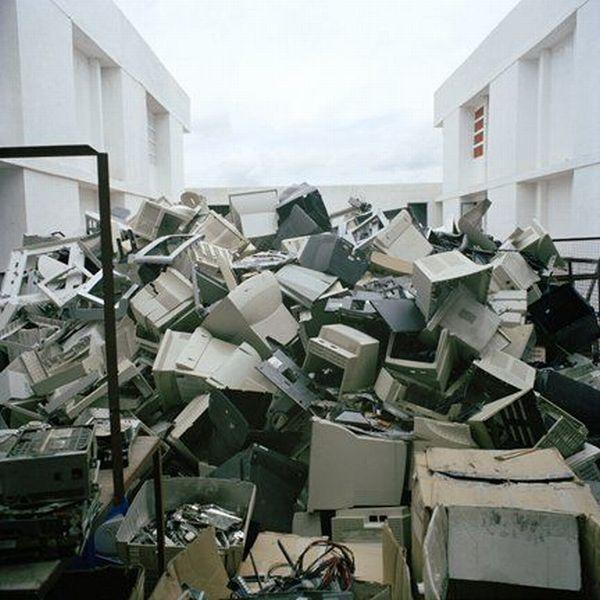 Computer cemetery  (16 pics)