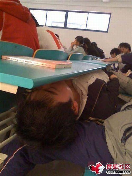 عکس: شیوه جدید خواب سر کلاس درس