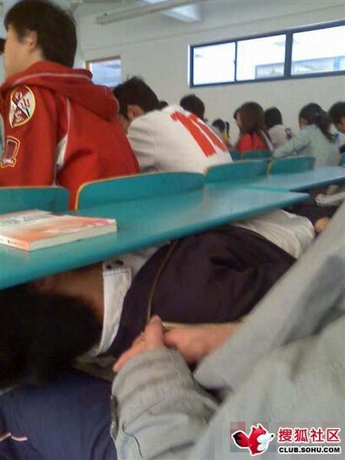 A guy is sleeping during a class (6 pics)
