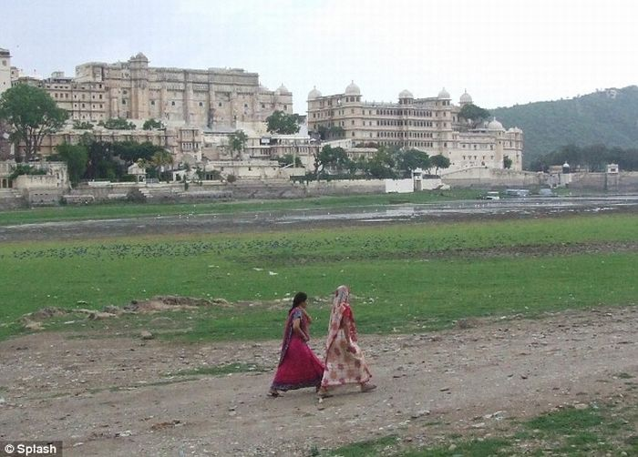 India's Lake Palace lost its lake (4 pics)