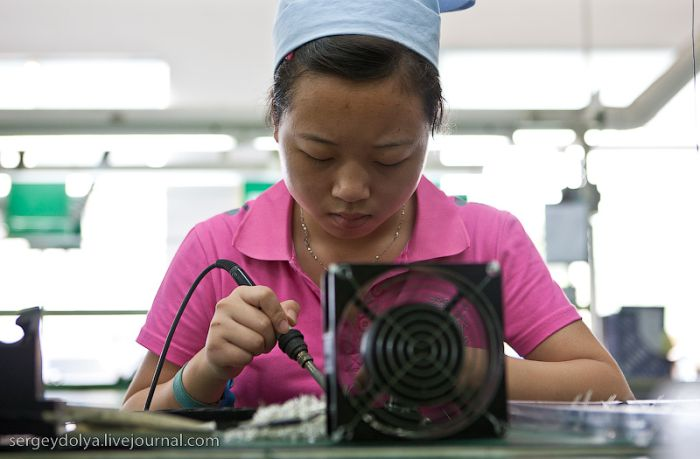 Chinese factories, that manufacture headphones, computer mice etc. (41 pics)