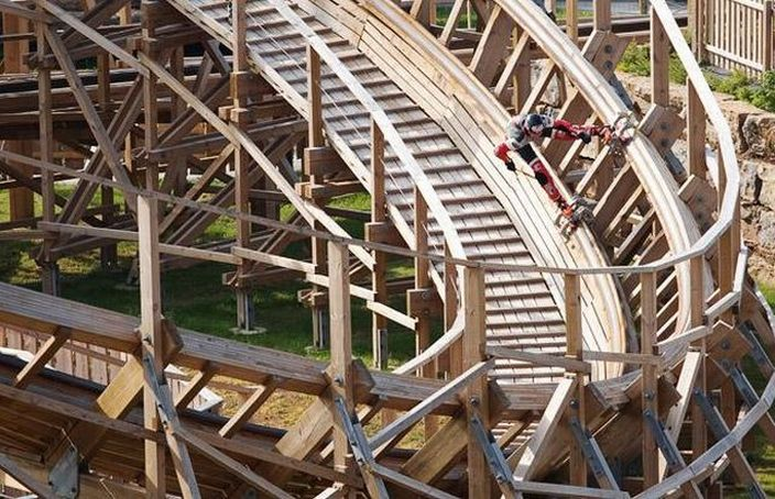 Skating down a rollercoaster (15 pics + video)