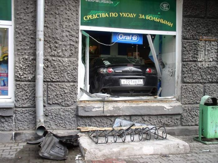Russian girl parked in a drug store (3 pics)