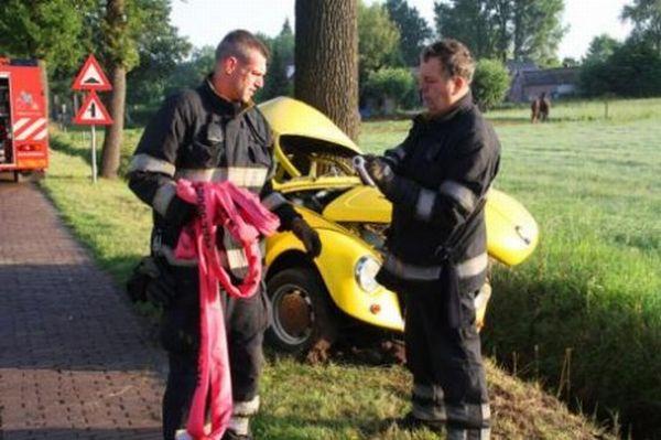 VW Beetle Accident  (4 pics)