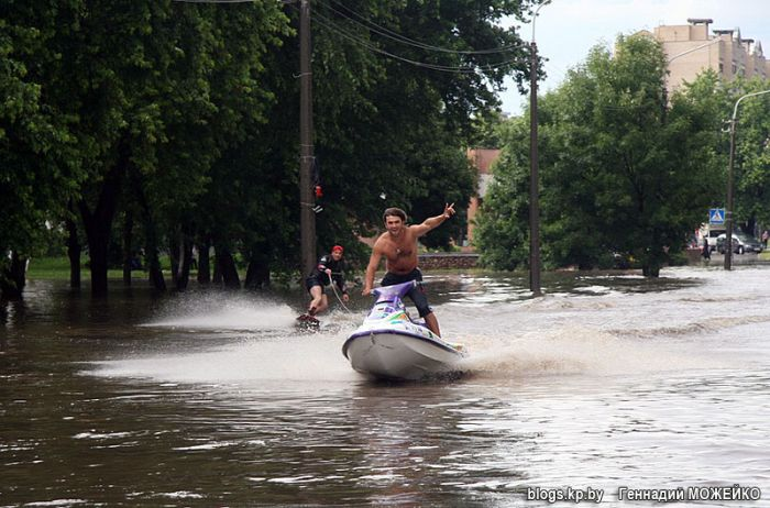Having fun on the flooded streets (8 pics)