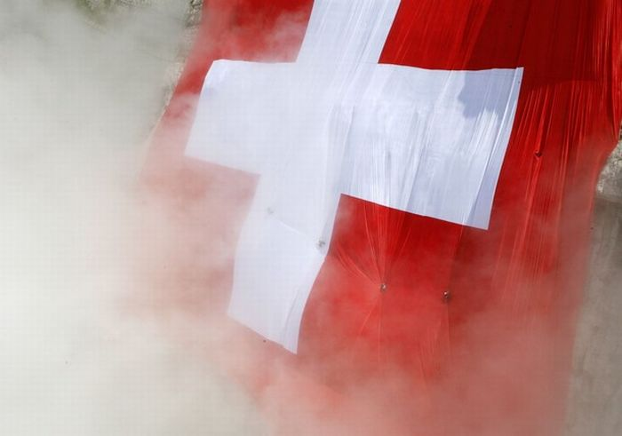 The world largest Swiss flag (16 pics)