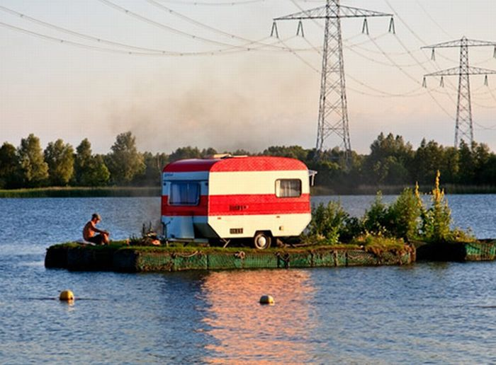 Camping on the water (6 pics)