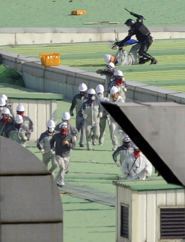 SsangYong workers fight the South Korean police (28 pics)