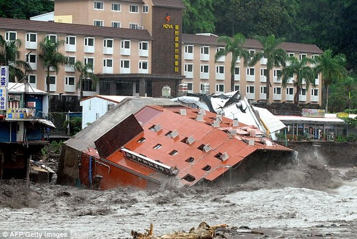 Hotel collapsed in Taiwan (7 pics)