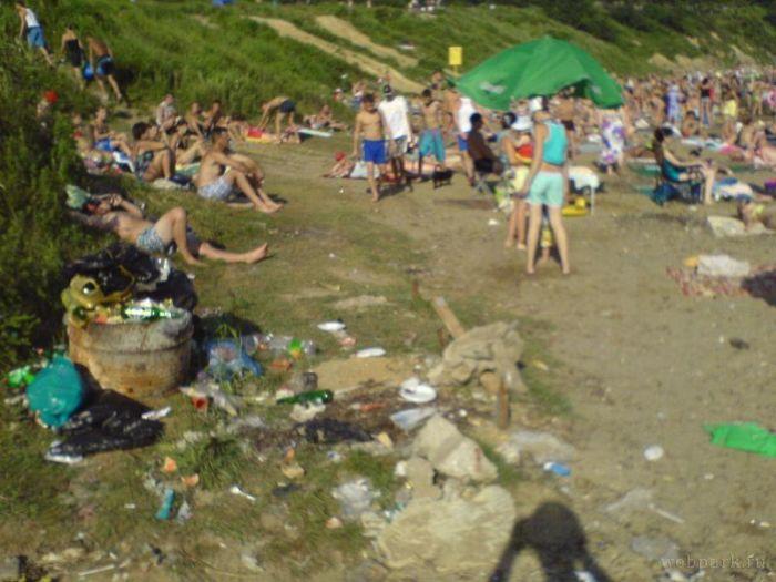 Trash Beach (17 pics)