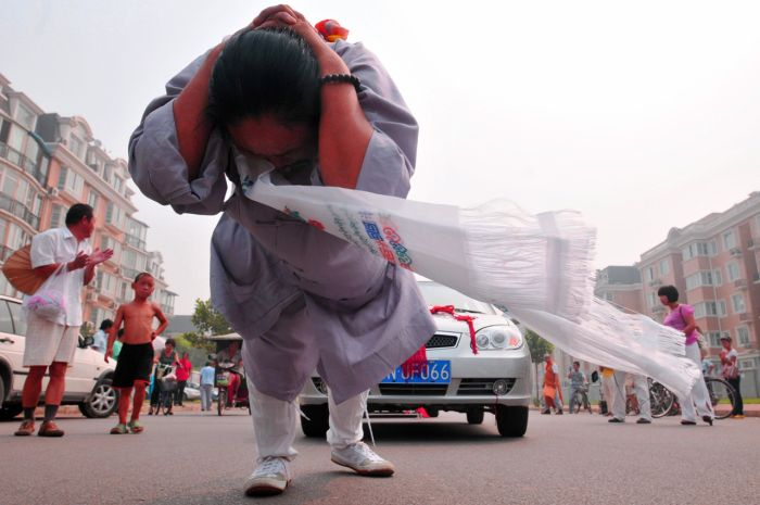 Woman pulls six cars with her hair (6 pics)