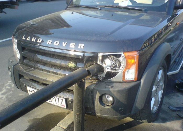 Land Rover hits a fence (5 pics)