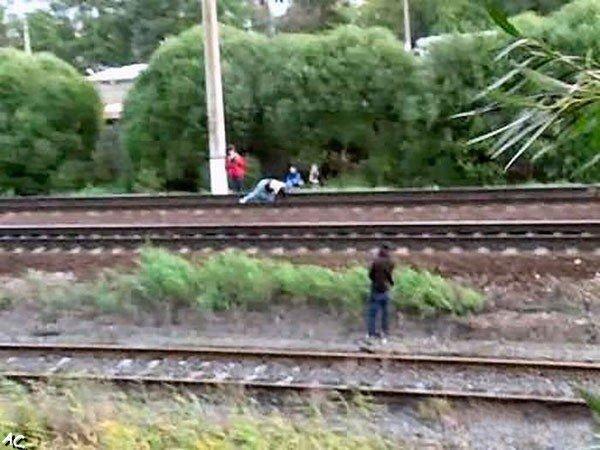 Crazy girl lies under a moving train (11 pics)