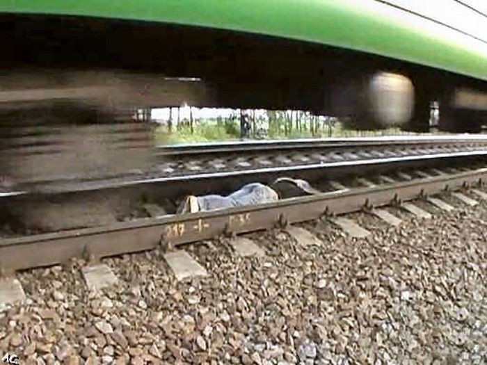 Crazy girl lies under a moving train (11 pics)