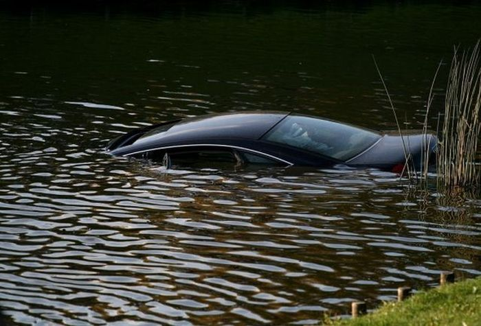 A female driver drowned her car in fountain  (6 pics)