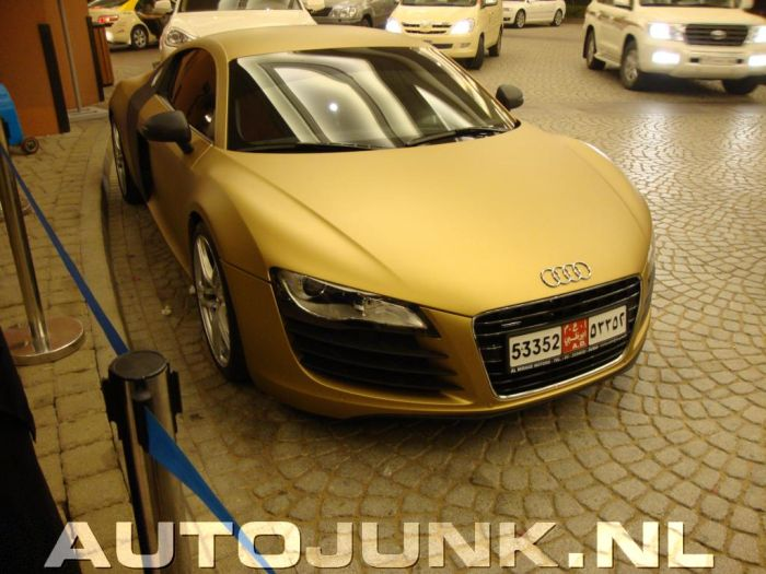 Golden Audi R8 from Dubai (4 pics)