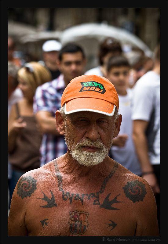 Naked tattooed old man walking around  (20 pics)
