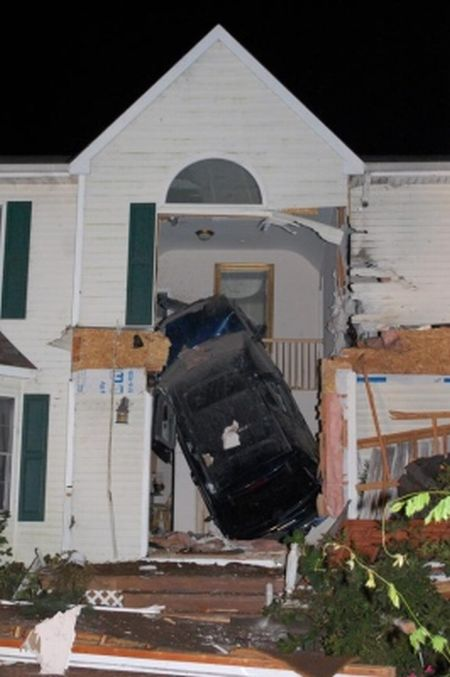 Flying Jeep destroys a house  (11 pics)