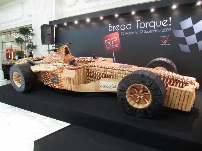 F1 bolid made of bread  (5 pics)