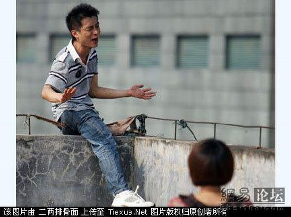 Suicide drama in China (9 pics)
