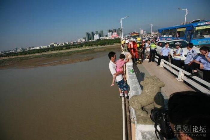 Suicide drama in China (13 pics)