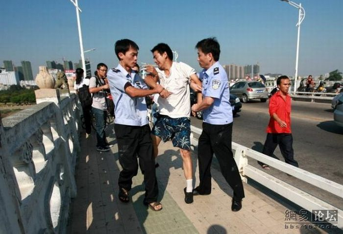 Suicide drama in China (13 pics)