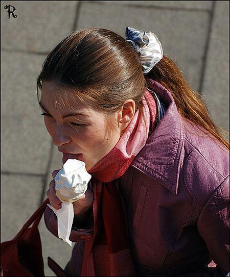 Girls eating ice (23 pics)