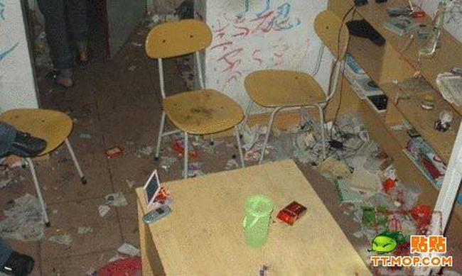 The Messiest Dorm ever (8 pics)
