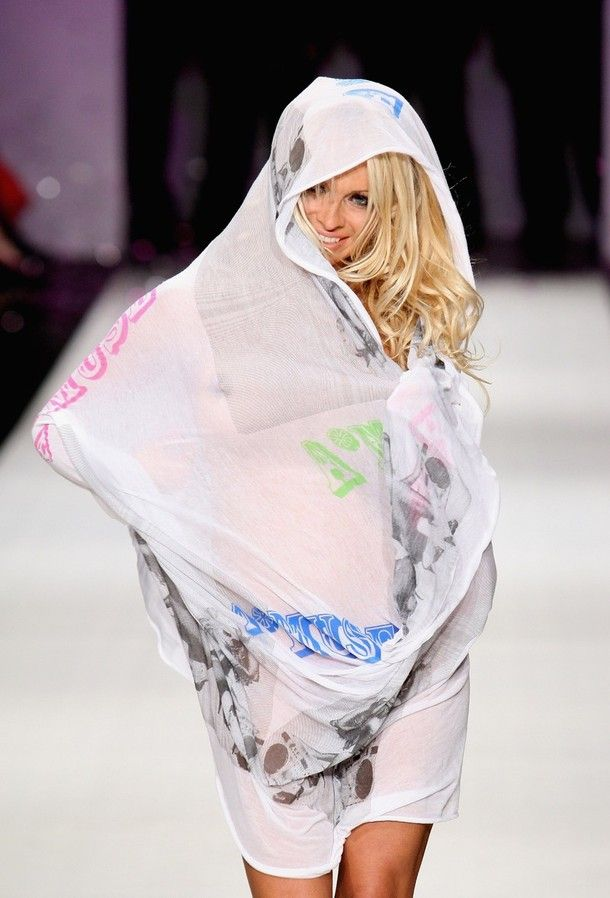 Pamela Anderson Walks The Catwalk (15 pics) NSFW