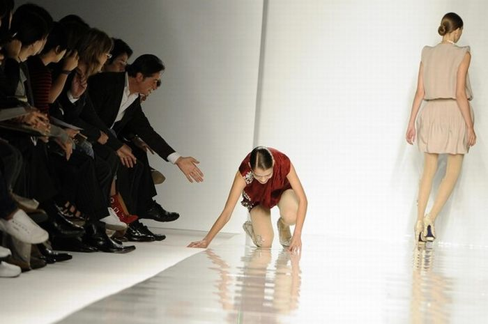Model falls on a catwalk (6 pics)