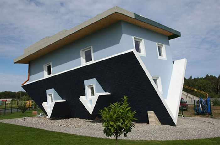 Upside Down House (8 pics)