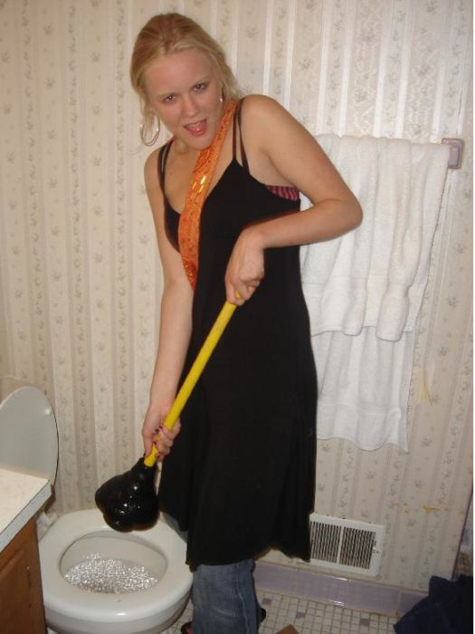 Hot Chicks Plunging Their Toilets (30 pics)