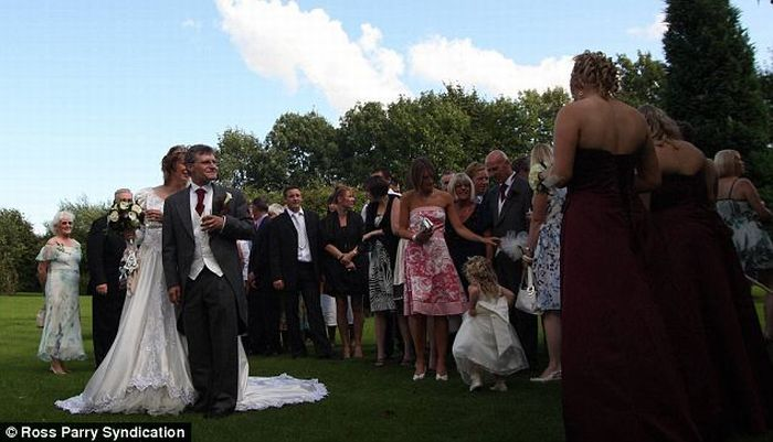 Newlyweds win £1,500 compensation (8 pics)