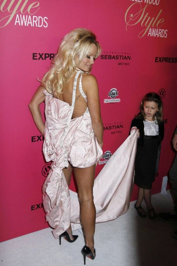 Pamela Anderson And 9-Year-Old Girl (11 pics)