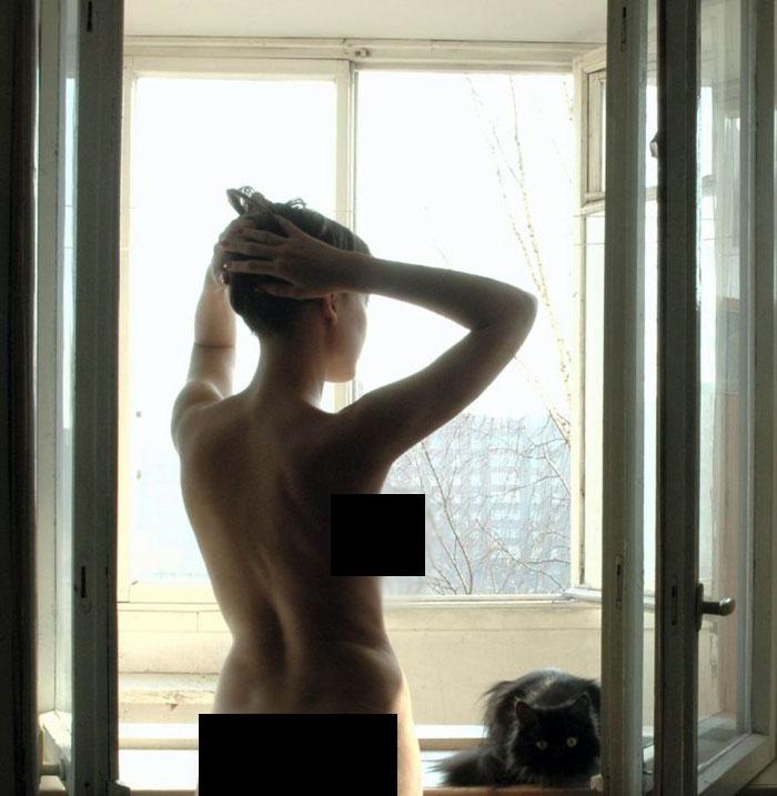 Cat Really Enjoys A Nude Photoshoot (12 pics)