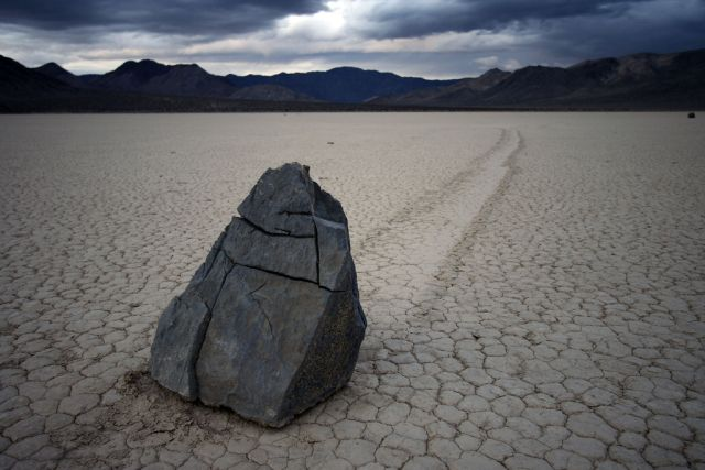 The Mysterious Sailing Stones of Death Valley (49 pics)