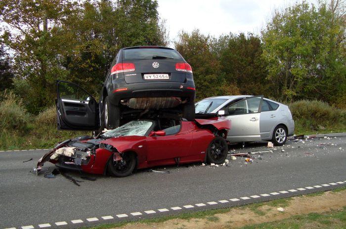 Tesla Roadster vs Toyota Prius vs VW Touareg (3 pics)