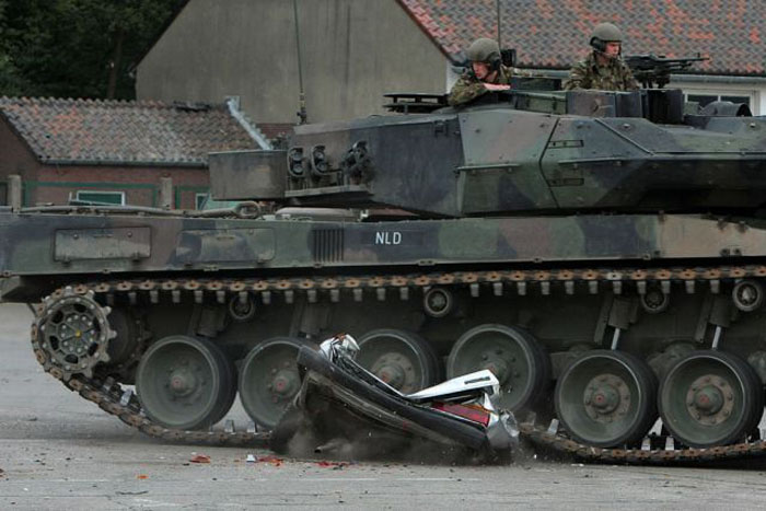 Tank vs Car (6 pics)