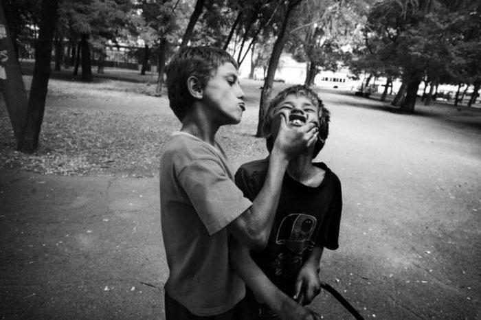 Эти фотографии были сделаны на улицах Украины, фотограф Дэвид Гилландерс. .