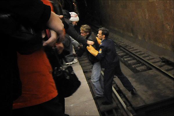 Suicide Attempt in Subway, Saint Petersburg, Russia (5 pics)