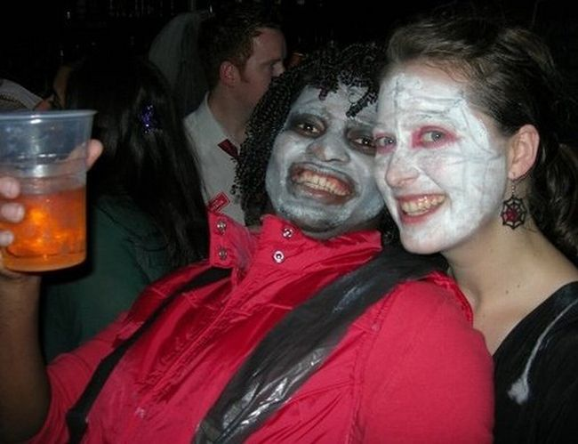 Halloween Costumes Based Entirely on 2009 (23 pics)