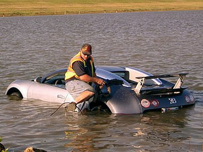 Bugatti Veyron Crash (8 pics + video)