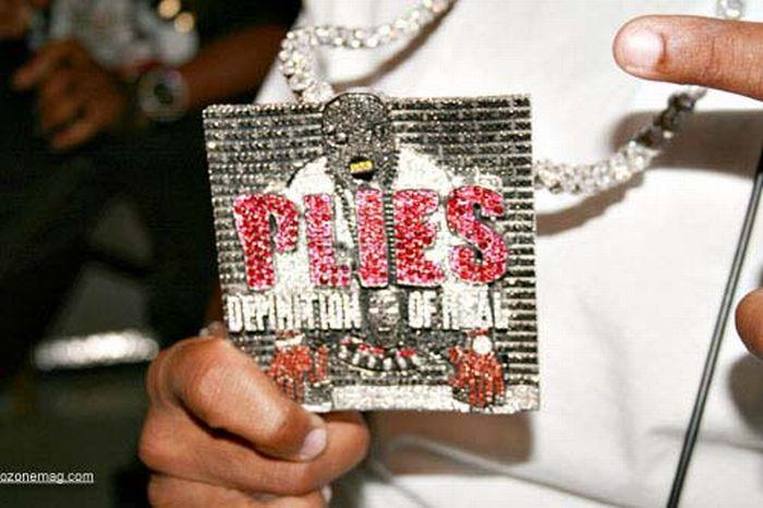 Most Ridiculous Rapper Chains (22 pics)