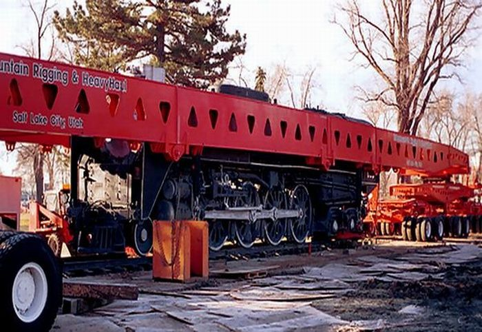 How to Transport a Locomotive Without Rails (5 pics)