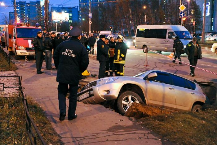 Road Collapse in Moscow (22 pics)