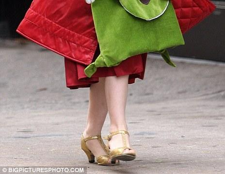 Suri, the daughter of Tom Cruise and Katie Holmes wears high heels (13 pics)