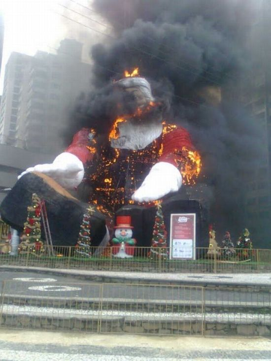 Brazilian Santa Caught Fire (9 pics)