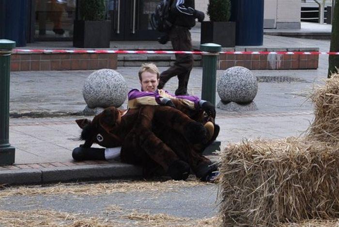 Strange Horse Race (13 pics)