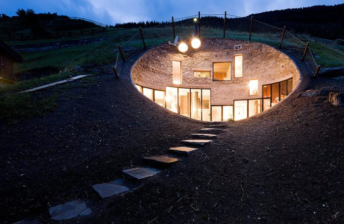 House Inside a Hill (26 pics)
