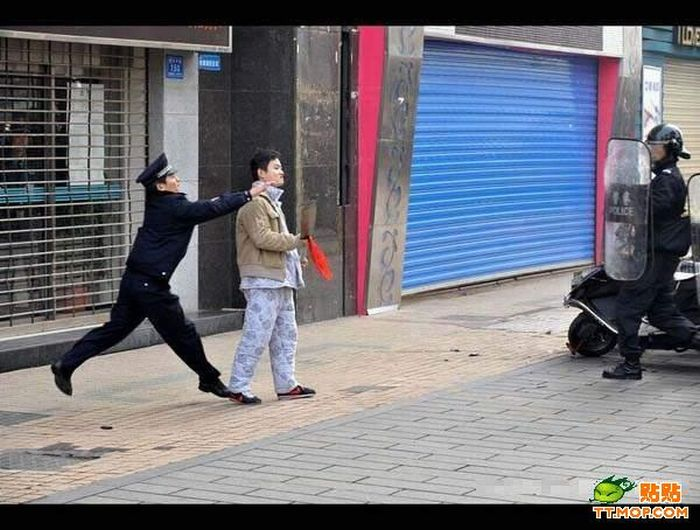 Crazy Man on the Streets of a Chinese City (13 pics)